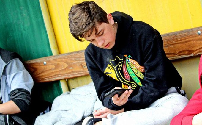 Подросток силой забрал у ребенка смартфон за 18 тыс. рублей