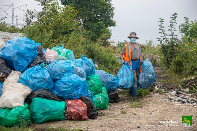 1. городская дорожная служба вывозит КамАЗами мусор со стихийных свалок (1).jpg
