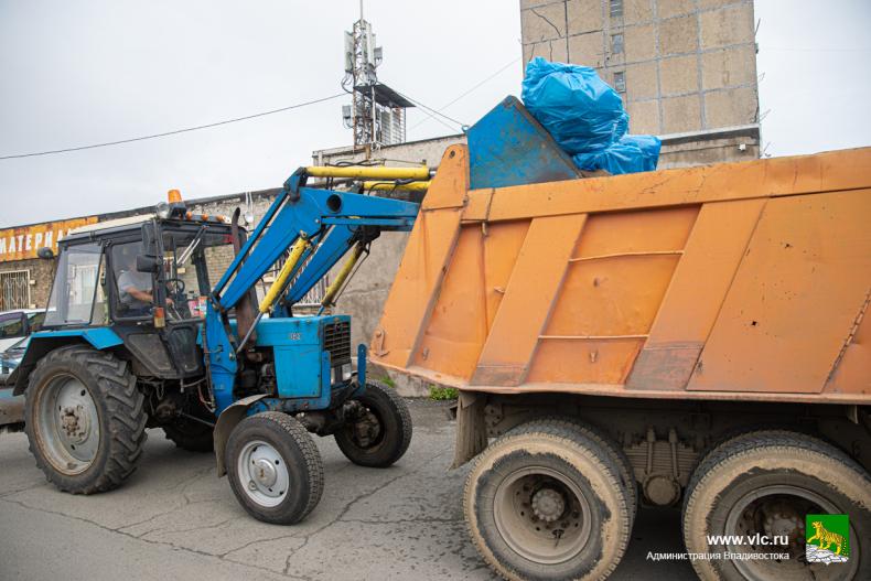 2. городская дорожная служба вывозит КамАЗами мусор со стихийных свалок (24).jpg