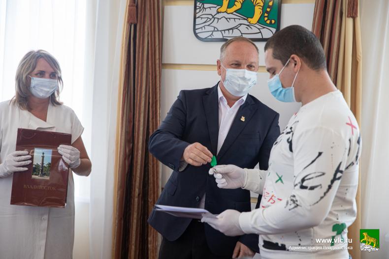 С новосельем! Во Владивостоке вручили ключи от семи квартир детям-сиротам