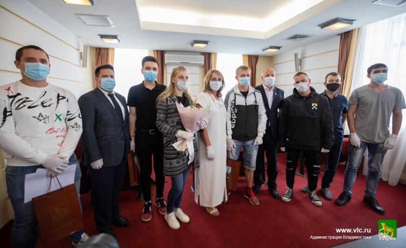 Во Владивостоке вручили ключи от семи квартир детям-сиротам (12).jpg