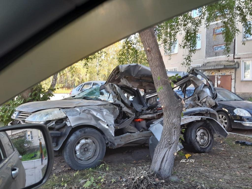 Две иномарки врезались в подъезд дома в Пашино