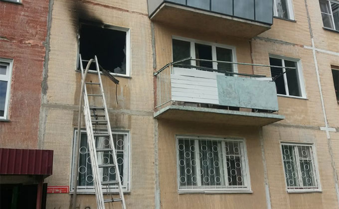 Обгоревшая девочка выпрыгнула из окна многоэтажки в Бердске