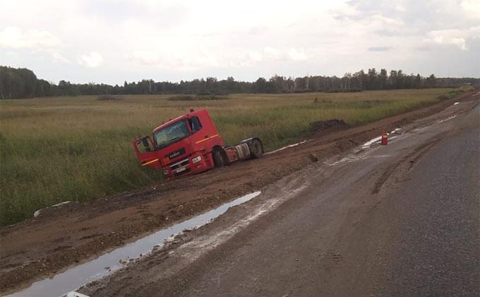 Бензовоз перевернулся – пришлось перекрыть 14 км трассы