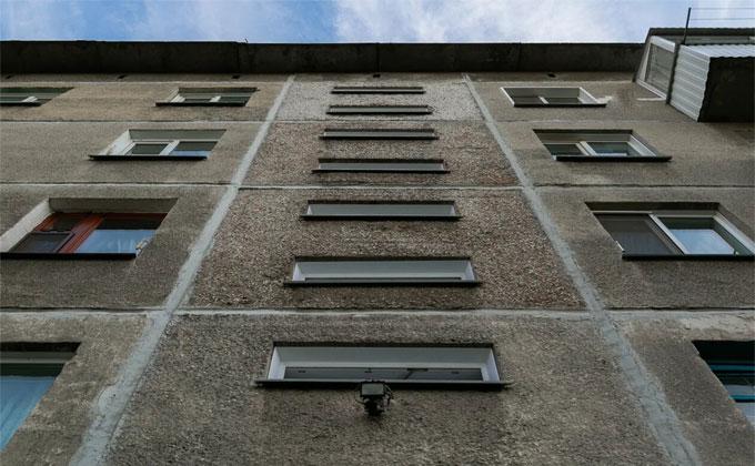 Упавшая с 6 этажа девушка смертельно травмировала парня