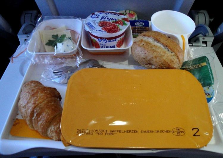 Эксперты рассказали, какие блюда не нужно есть на борту самолёта