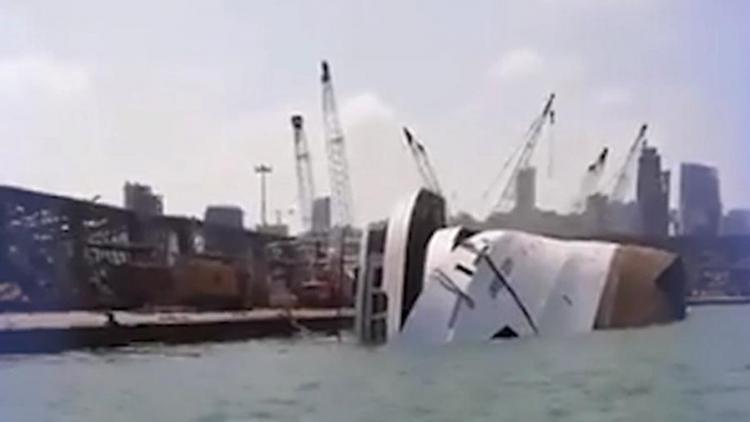 121-метровый круизный лайнер затонул после взрыва в порту Бейрута