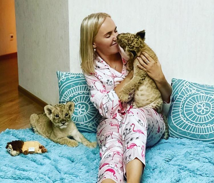 Жительница Владивостока приютила у себя дома двух львят