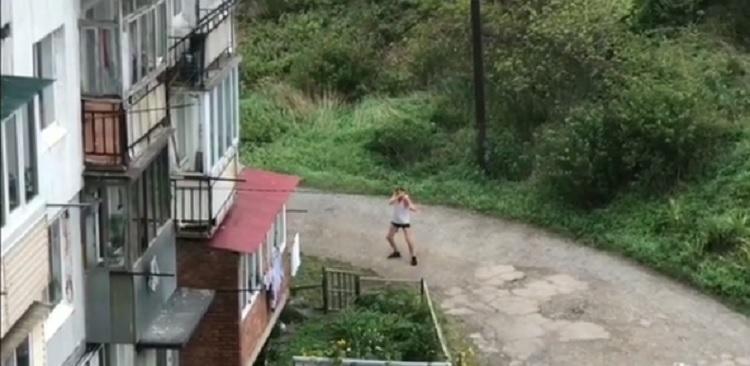 «Он циклон отгоняет»: Жители Владивостока обсуждают поведение мужчины