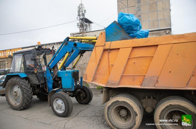 Во Владивостоке мусор со стихийных свалок вывозят КамАЗами
