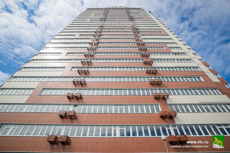 Глава Владивостока Олег Гуменюк поздравил новоселов нового жилого дома на улице Гоголя