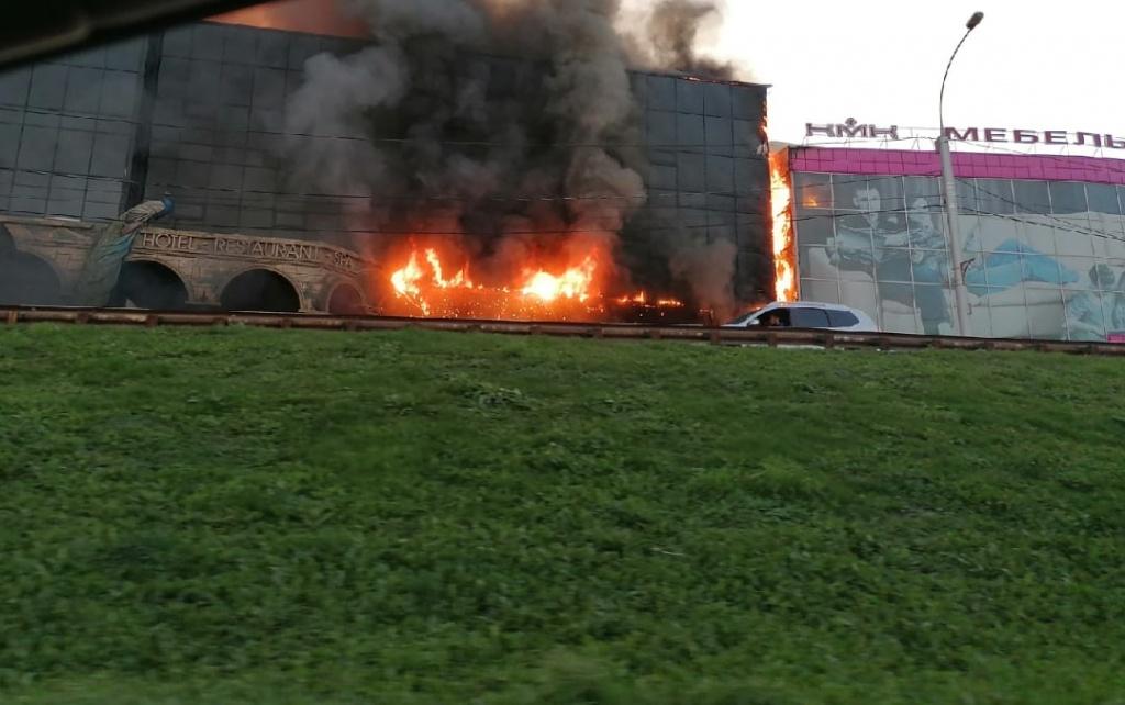 Крупная гостиница в Новосибирске охвачена огнем – подробности