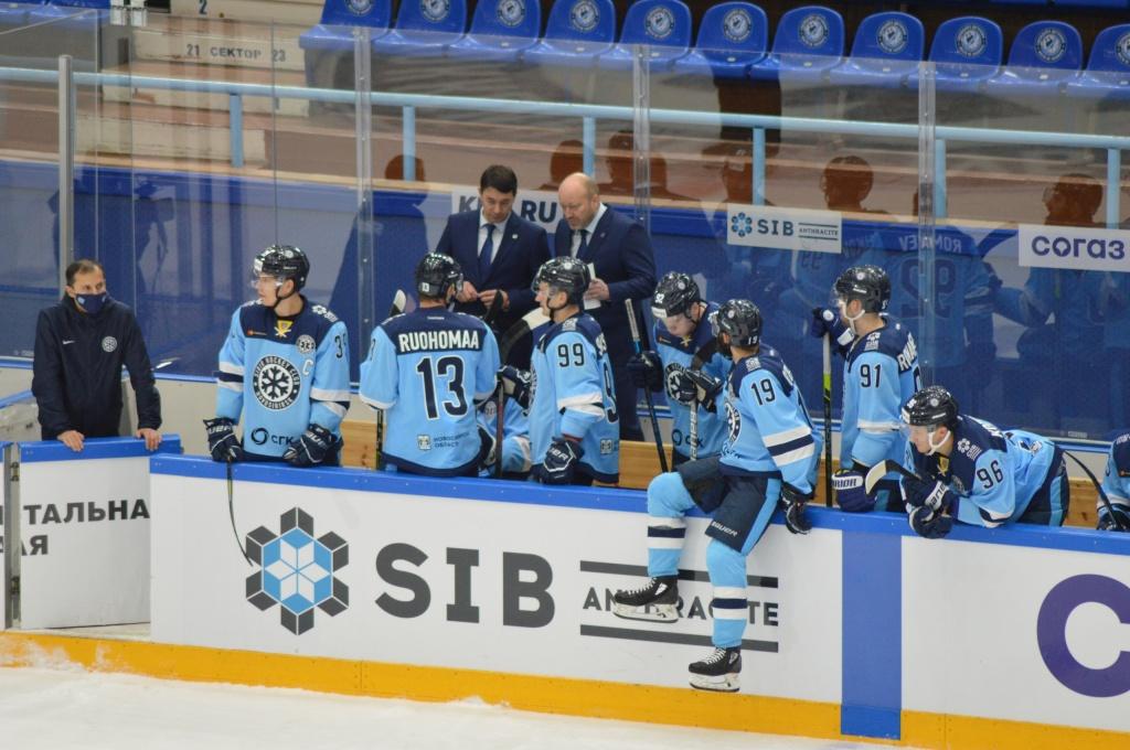 Первый домашний матч «Сибири»: полупустые трибуны, маски и термометры