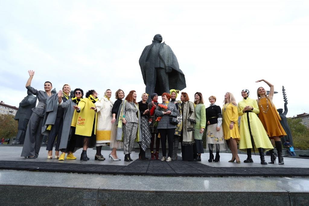 «Переменам – да, ковиду – нет»: красотки в желтом заполонили площадь Ленина