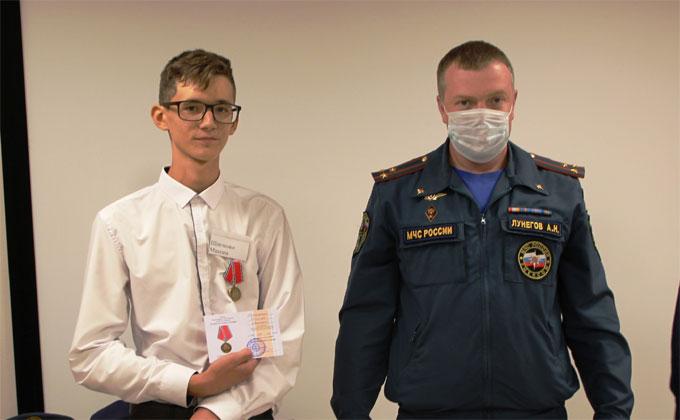 15-летних подростков наградили за спасение пятерых детей из пожара