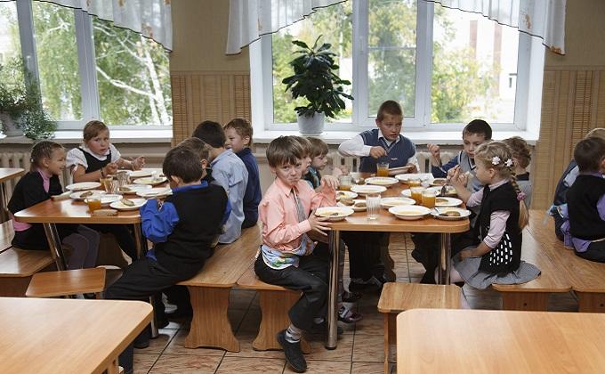 Доходы школьных столовых упали из-за бесплатного питания детей