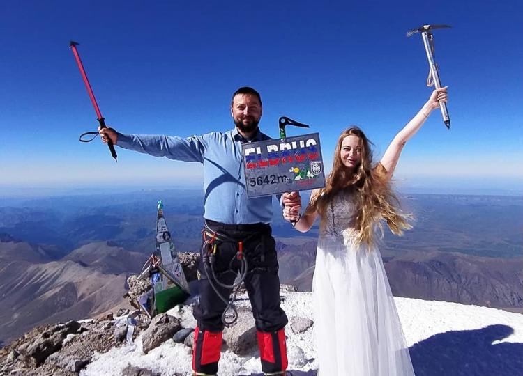 Пара из Владивостока сыграла свадьбу на самой высокой точке Европы и России