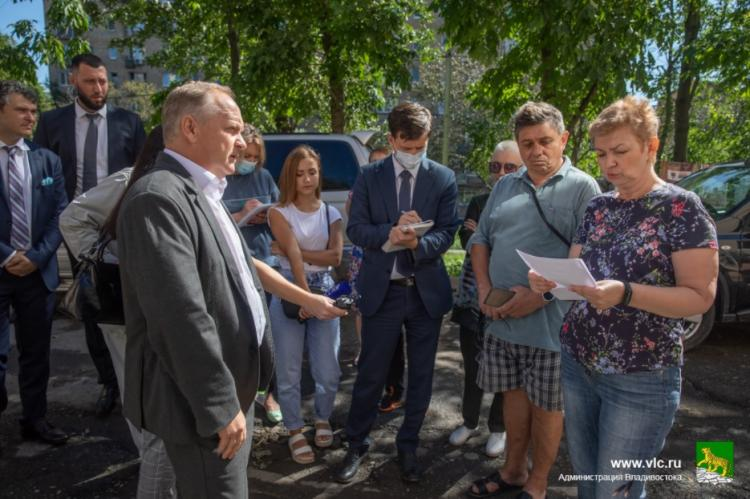 Мэр Владивостокавстретился с жителями, пострадавшими от порыва теплотрассы