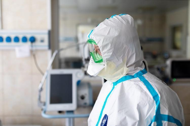 «Герои нашего времени»: рука врача после работы в ковидном госпитале