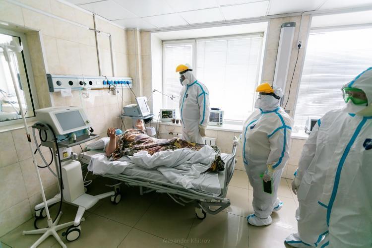 Мишустин продлил стимулирующие выплаты медикам за борьбу с COVID-19