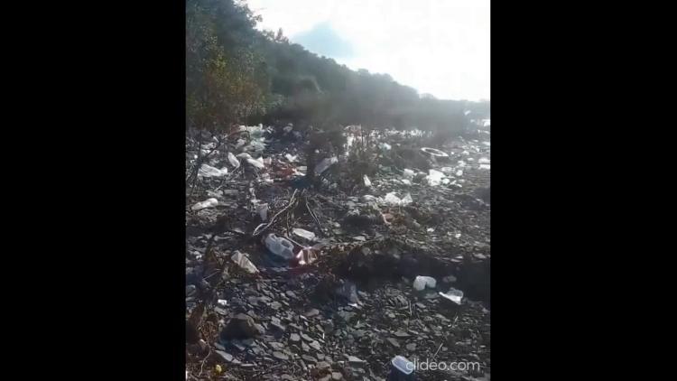 Море вернуло то, что заслужили: приморский пляж утопает в мусоре