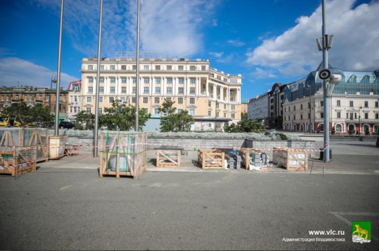 Новые гранитные лавочки устанавливают на центральной площади Владивостока