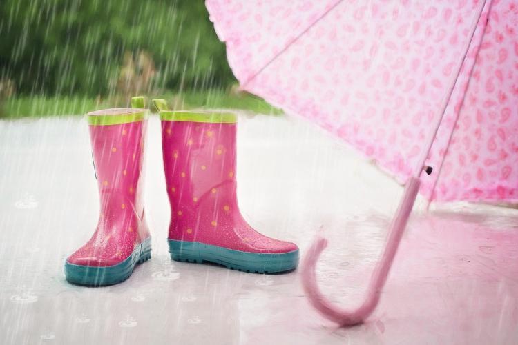 Врач рассказала об опасности дождевиков и резиновых сапог