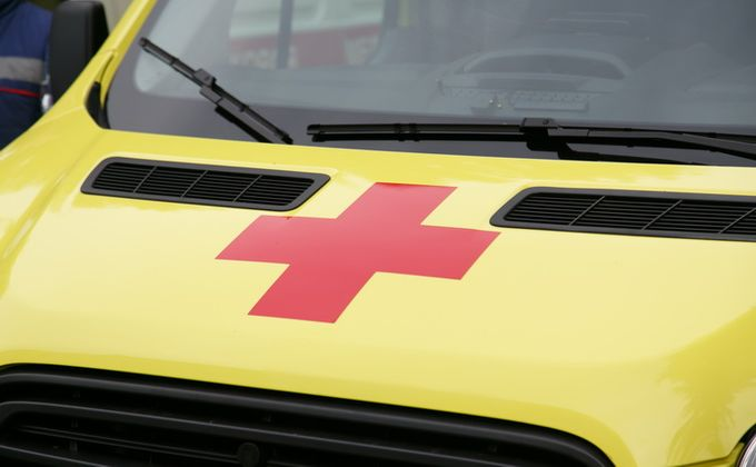 Водители столкнулись по дороге в аэропорт, один погиб