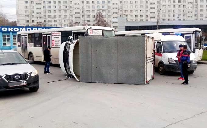Автобус положил набок «ГАЗель» в Новосибирске