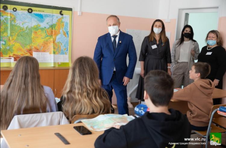 Новые окна и ремонт кровли: Олег Гуменюк проверяет комфортность школ