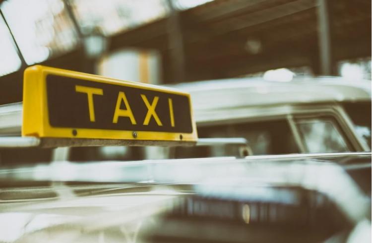 Во Владивостоке осуждён таксист, обокравший людей, спавших на остановке