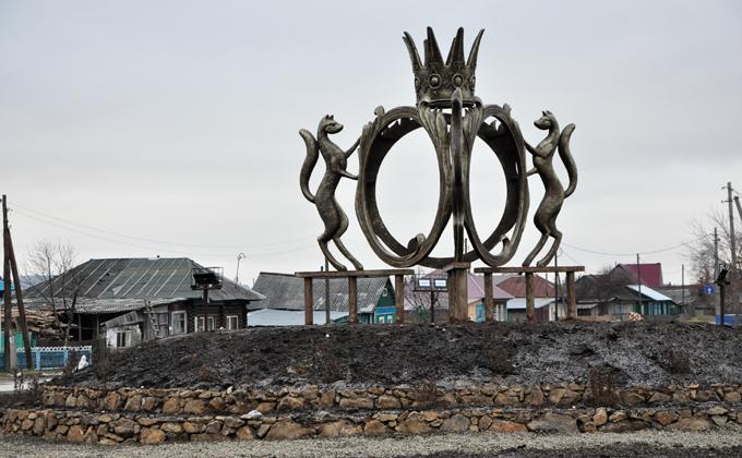 Грандиозную стелу с короной и соболями открыли в Сузуне