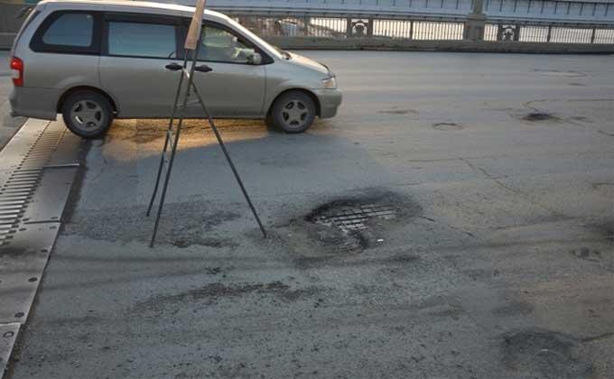 Раствором эпоксидных смол заливают ямы на Октябрьском мосту