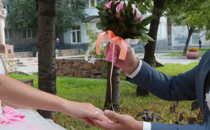 Целоваться в масках обязали молодых при регистрации брака с 1 ноября