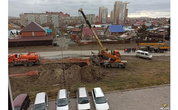 Стрела крана остановила трамваи и оставила без тепла микрорайон в Новосибирске