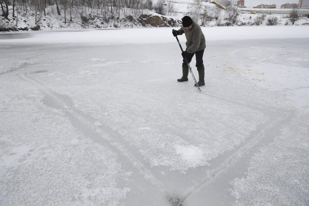 Моржи открыли зимний сезон купания в Новосибирске
