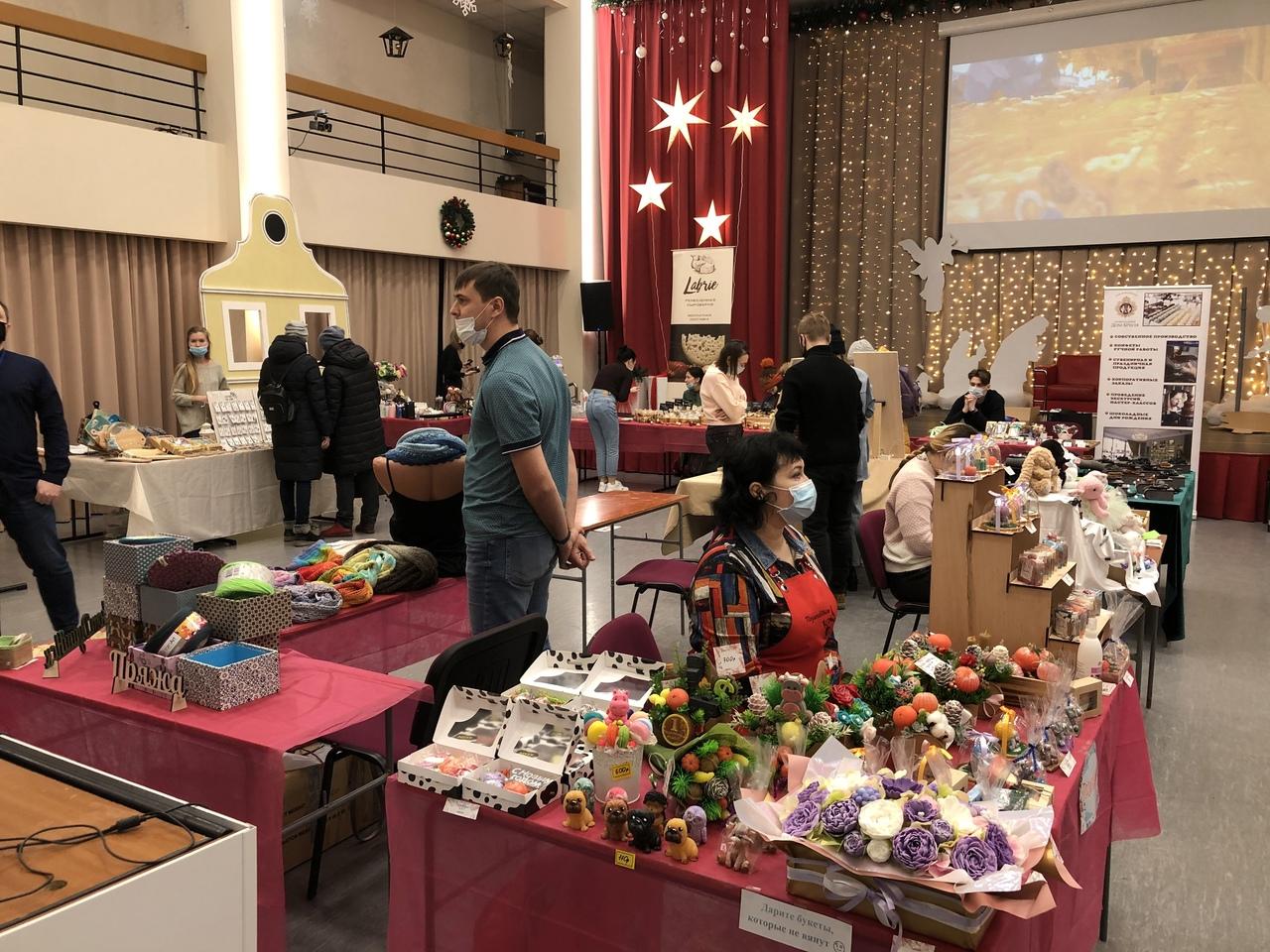 Глинтвейн и баварские сосиски: немецкий рождественский базар стартовал в Новосибирске
