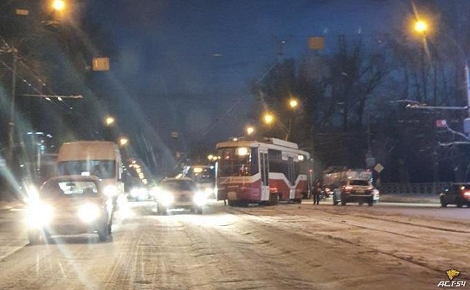 Трамвай сошел с рельсов и перекрыл движение в Новосибирске