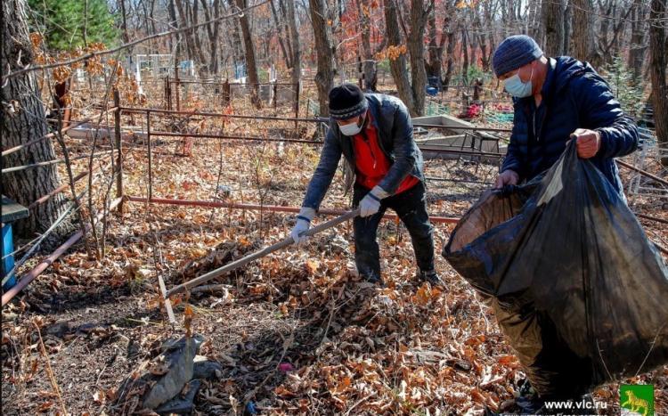 Убрать свалки: на кладбищах Владивостока проходят санитарные акции