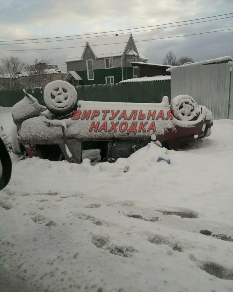 В Приморье автомобиль перевернулся на скользкой дороге
