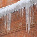 «Надеюсь, он со страховкой»: лёд обрушился на авто из Владивостока