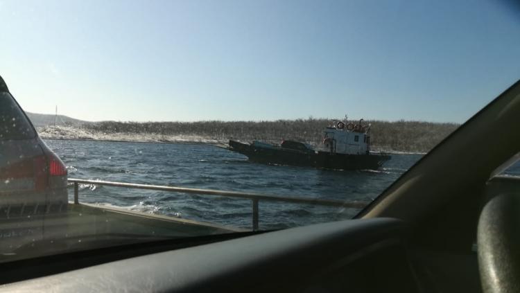 Жителей острова Русский вывозит частная баржа