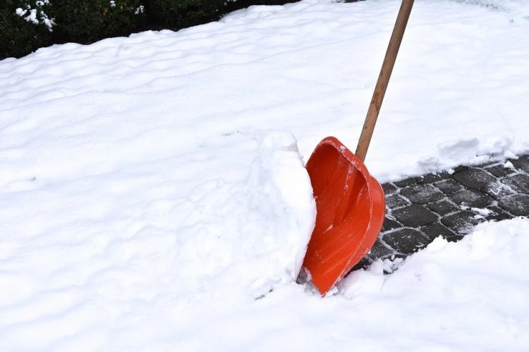 «Пример правильного воспитания»: мужчины убрали снег у