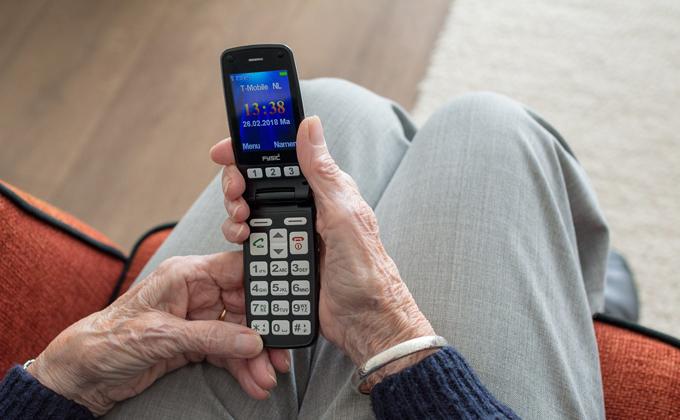Пенсионеров и инвалидов учат общаться в мессенджерах