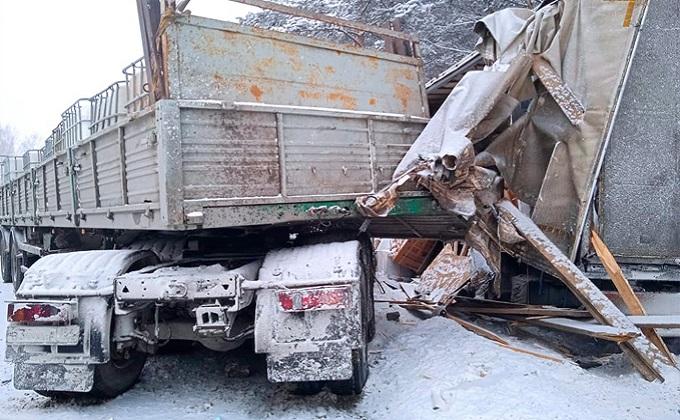 Столкновение грузовиков парализовало федеральную трассу в Болотнинском районе