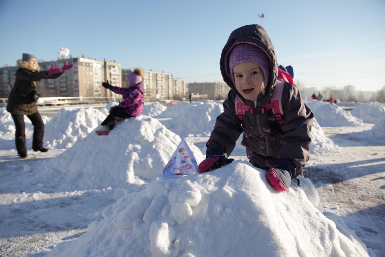 Челябинск накрыла «эпидемия добра»: горожане лепят снеговиков и дарят подарки тяжело больным детям