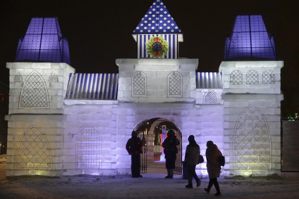 Ледовый городок со скульптурой МЧМ-2023 открыли на набережной в Новосибирске