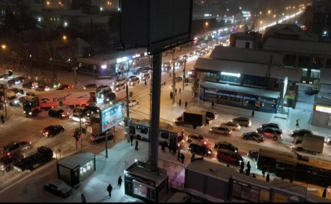 «Праздник к нам приходит»: дичайшие пробки 10 баллов в Новосибирске