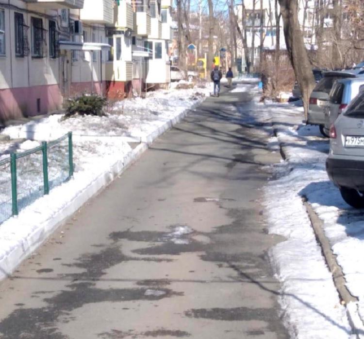 Очистку придомовых территорий от наледи проводит МУПВ «Центральный»