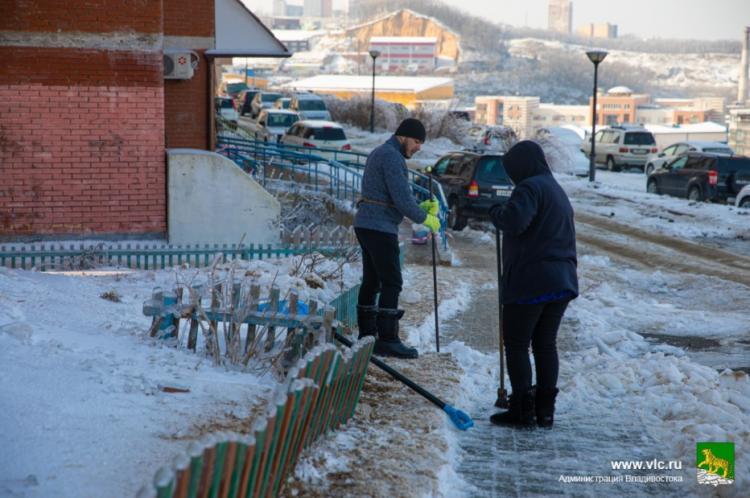 Во Владивостоке проверяют качество уборки придомовых территорий от снега